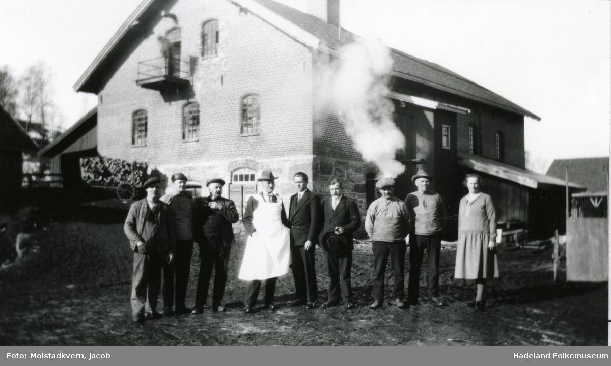 En gruppe arbeidere foran Gjefsen brenneri