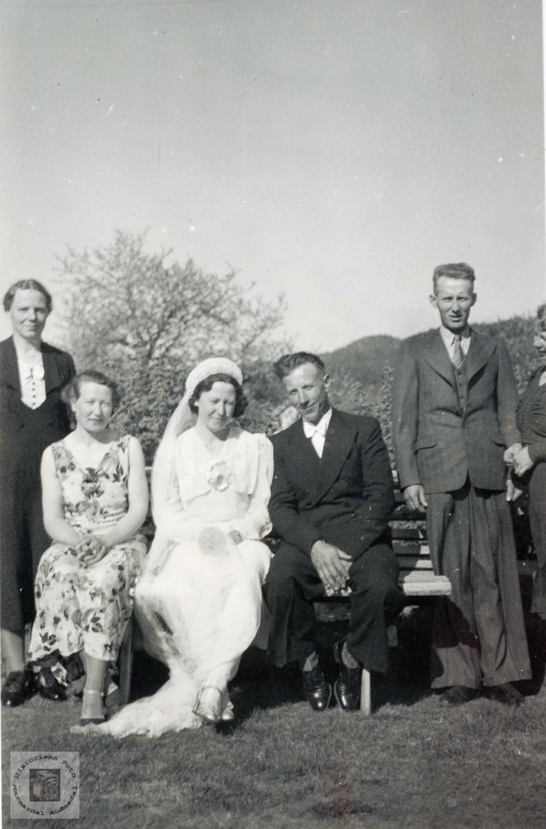 Brudepare med naboer og brudens søster, Gryting i Bjelland.