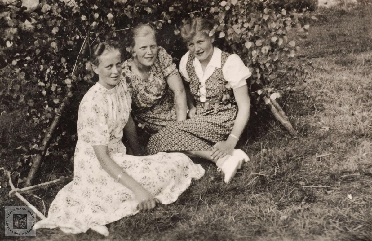 Jenter i Botnan i Grindheim.