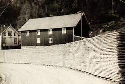 Stor stavproduksjon og stavlag langs vegen, Voddan ytre Øydna i Grindheim.