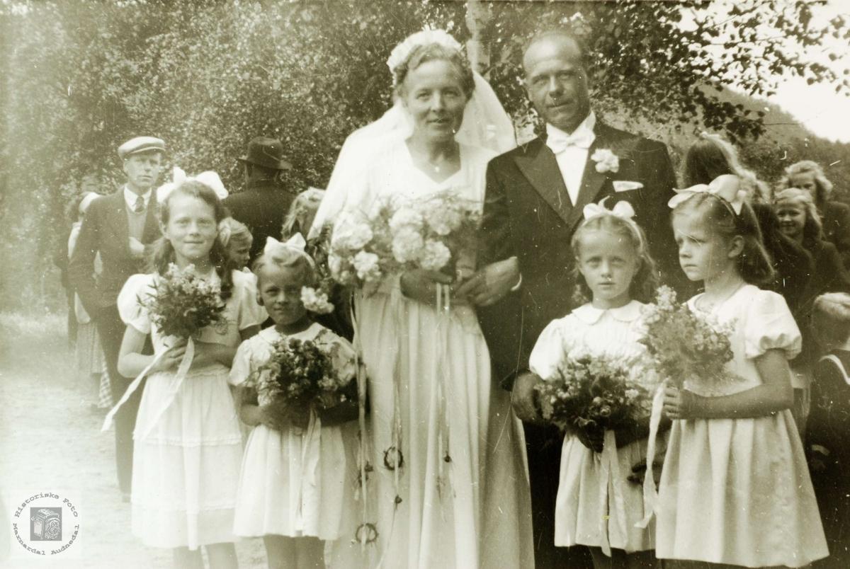 Brudeparet Agmes og Sverre Røynesdal med brudepiker og bryllupsgjester. Grindheim.