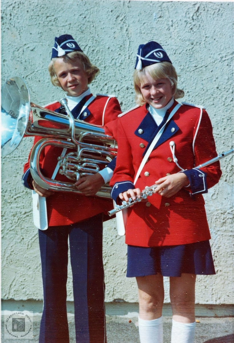 Skolemusikantene Helge og Anne Mjåland. Grindheim.