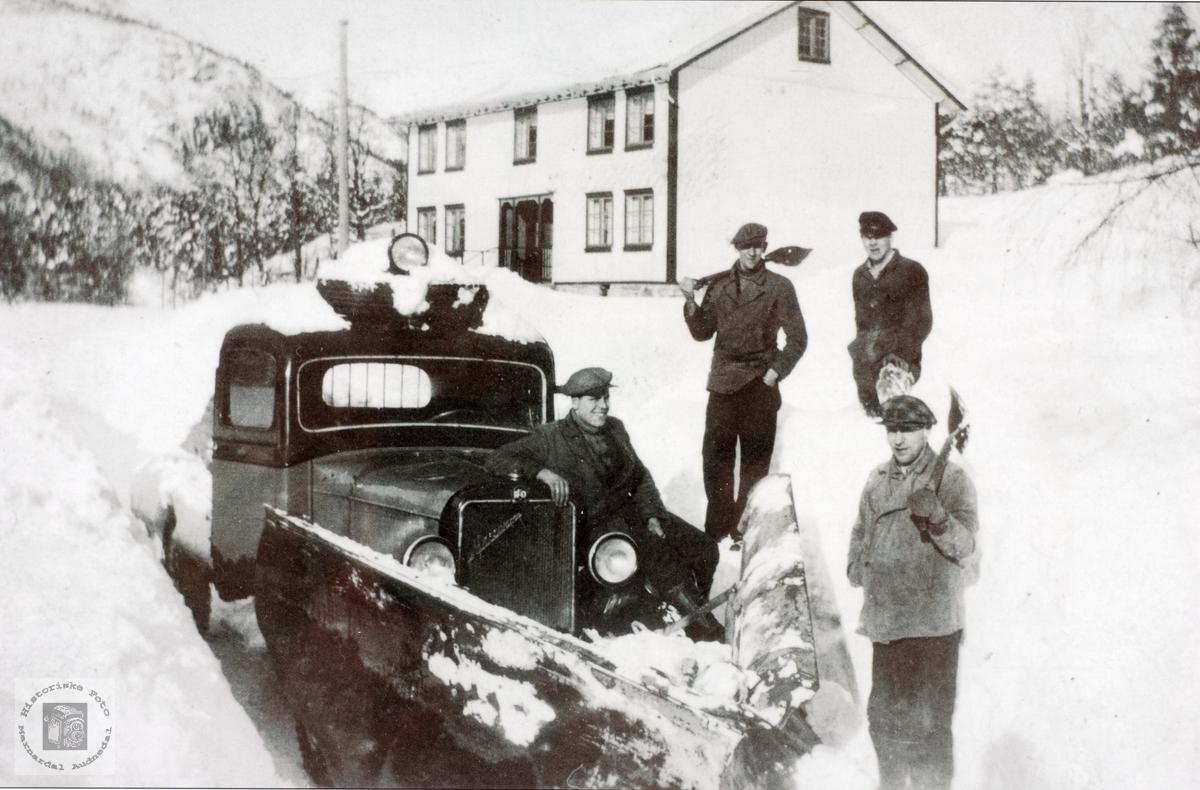 Pause i snøbrøytinga på Hårtveit, Grindheim senere Audnedal.