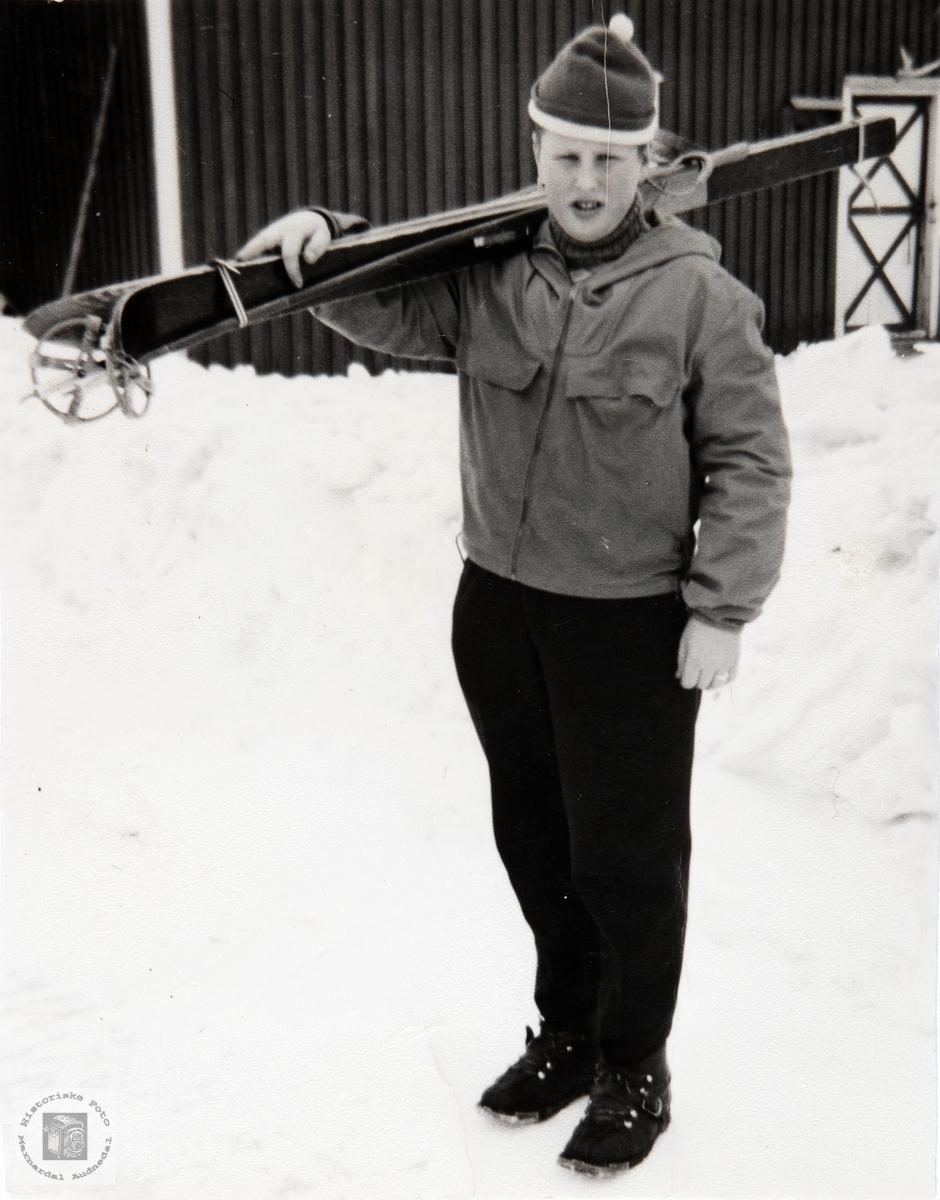 Johan Helle med ski. Audnedal.