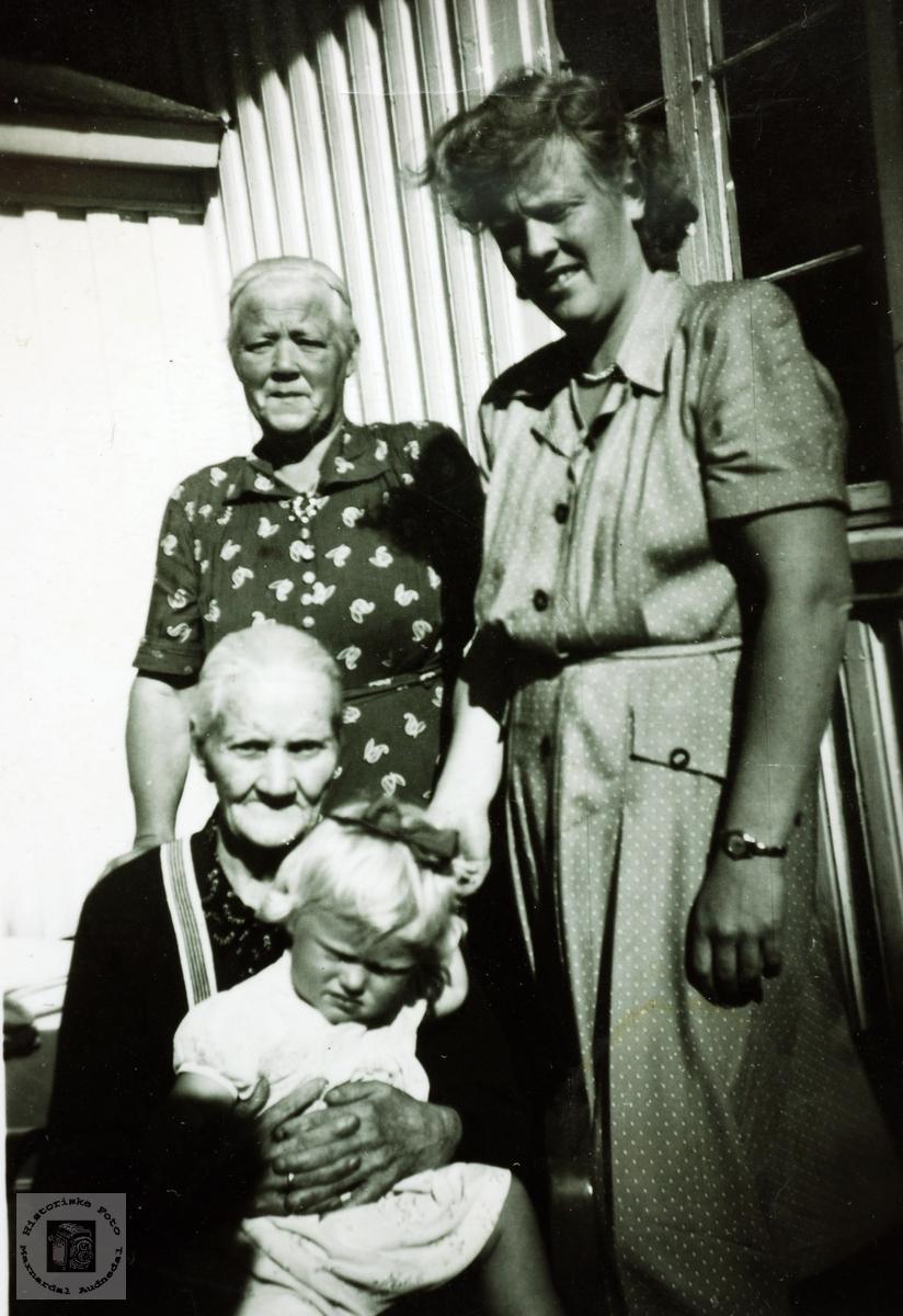 Fire generasjoner jenter/koner med røtter på Flottorp. Grindheim
