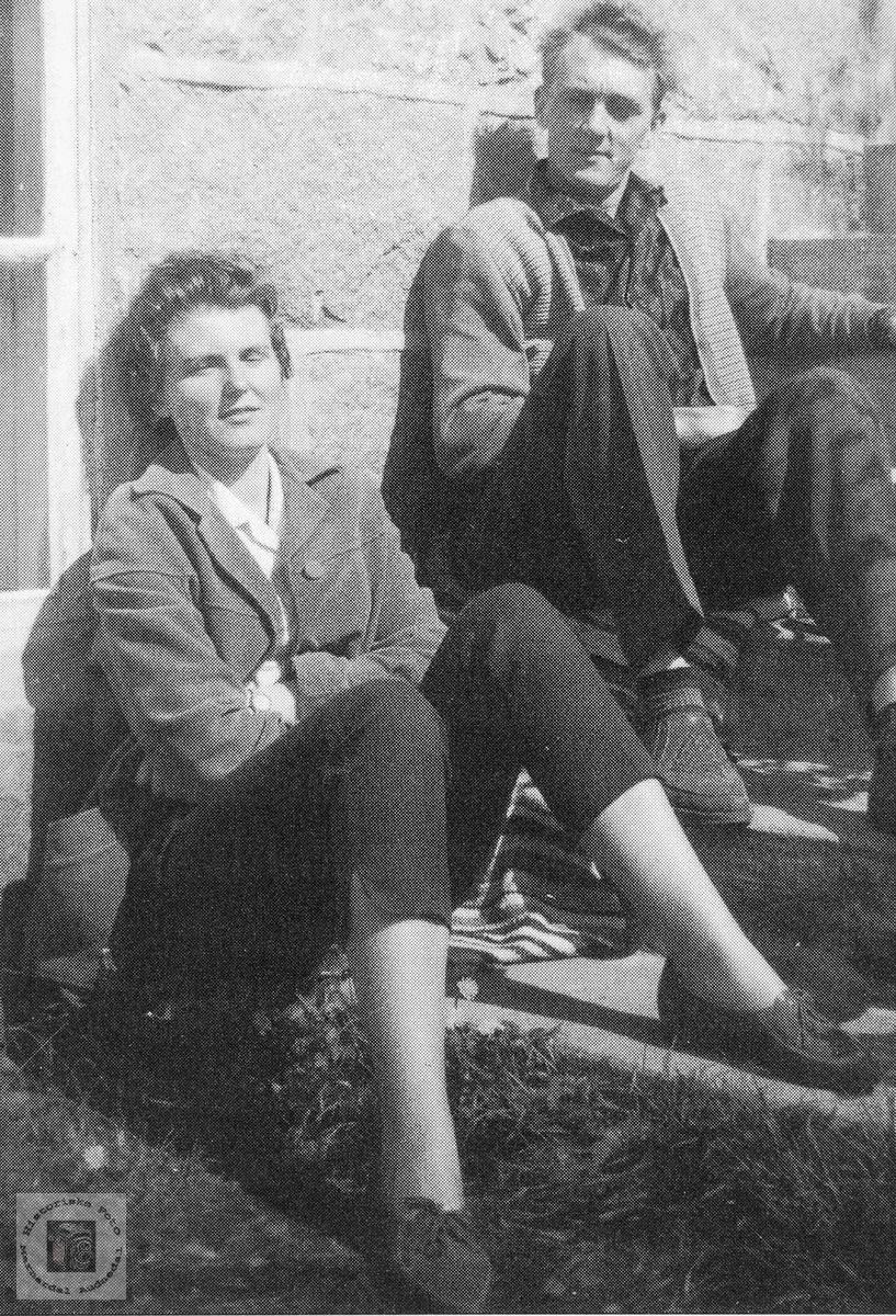 Søsknene Gunleiv og Aagoth Byremo på butikktrappa.