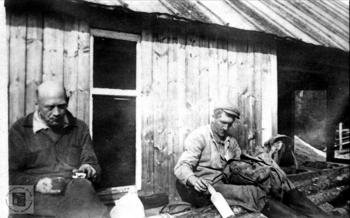 Ola Ågedal og Ola T. Foss har matpause.