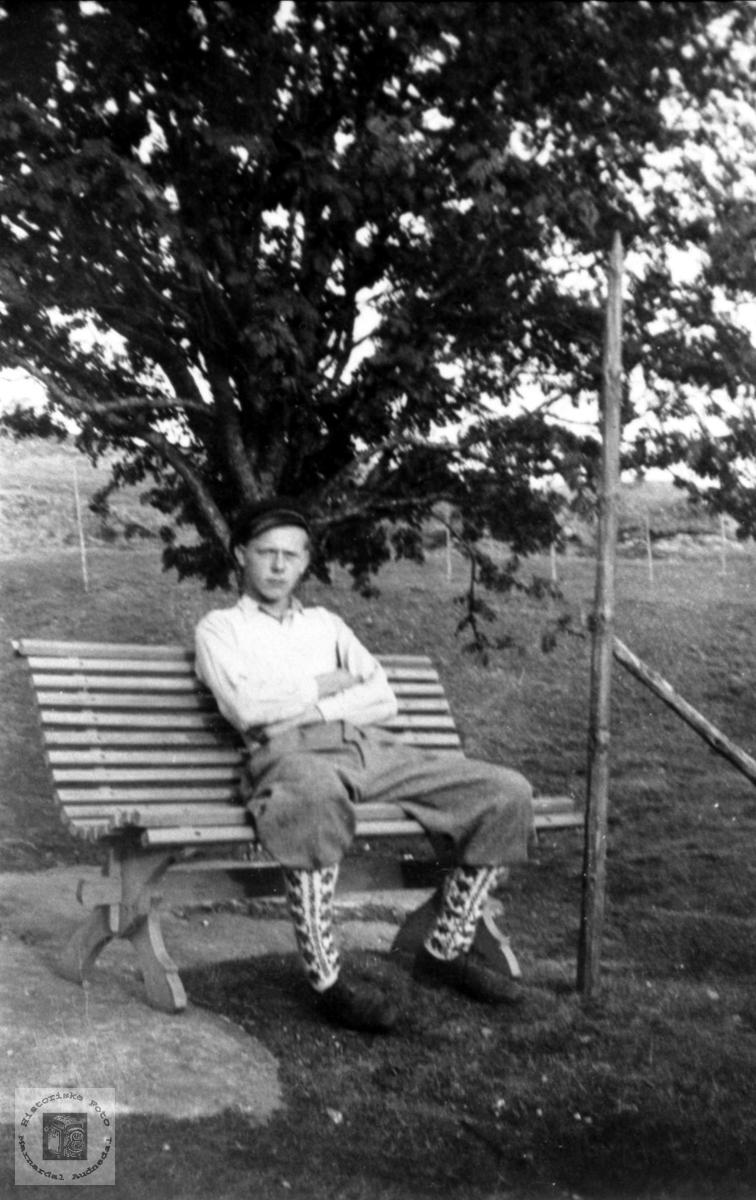 Olav Moland slapper av i hagen, Bjelland.