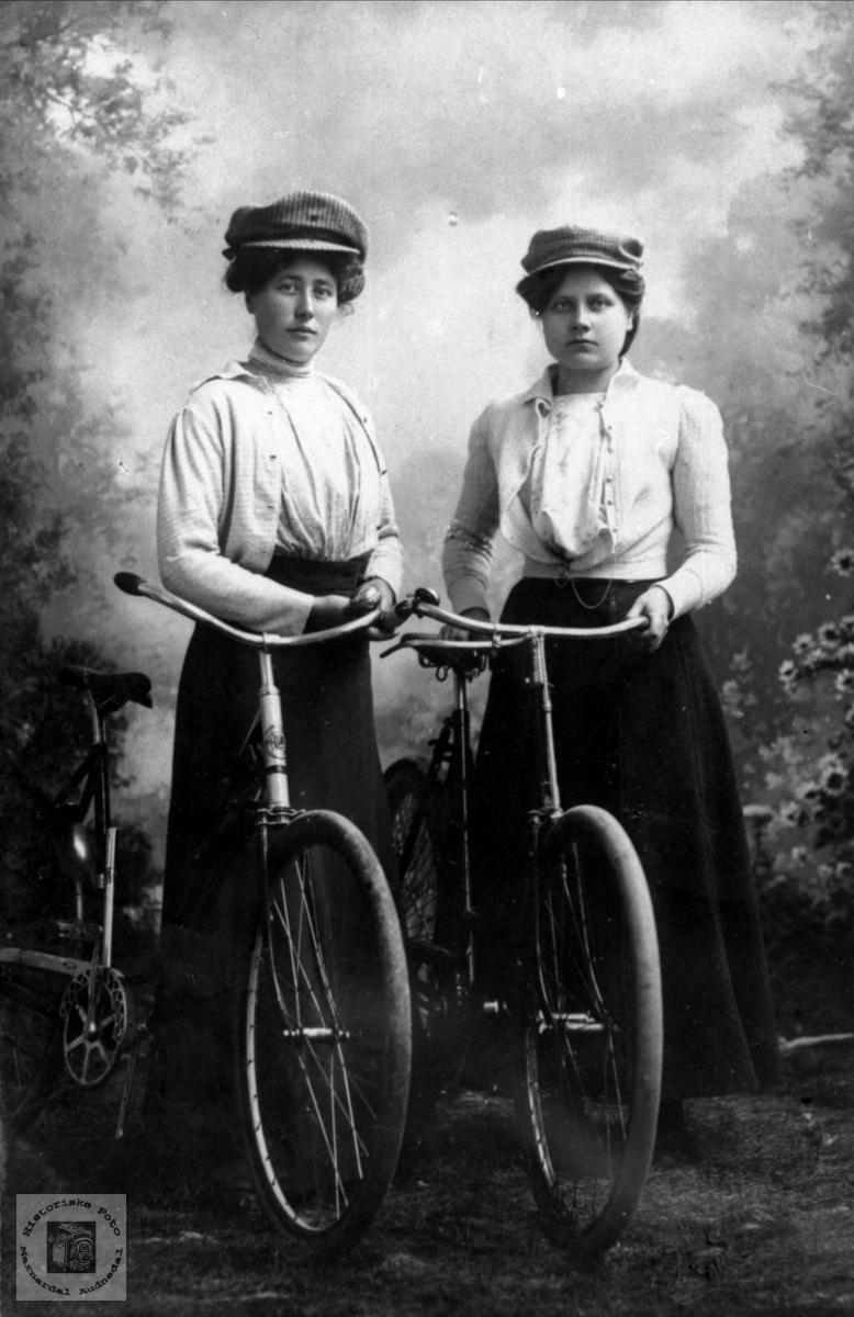 Portrett av unge damer med sykkel, en fra Abelset i Bjelland.