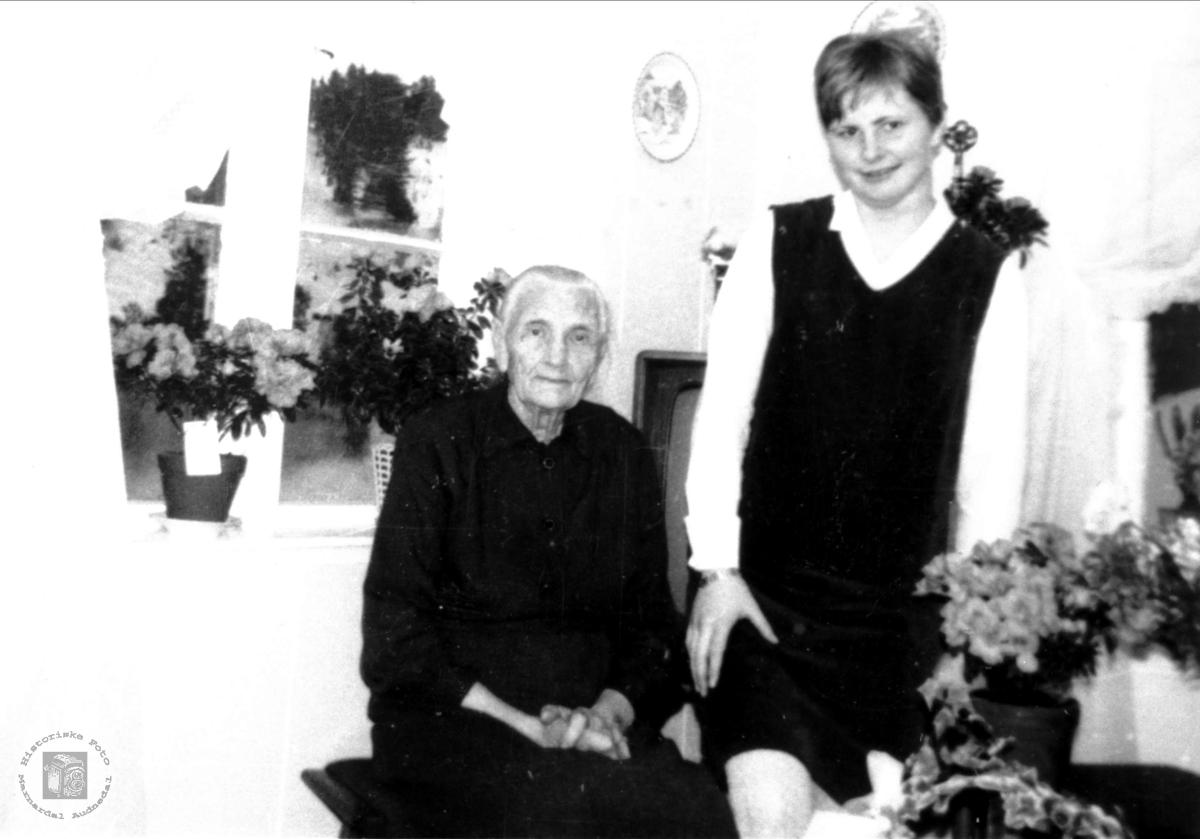 Portrett av Bestemor Ingeborg Sølvskar og barnebarn Hildur Sølvskar, Bjelland.
