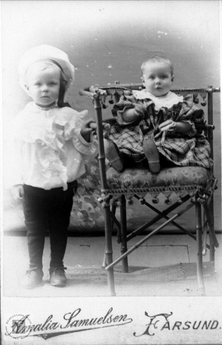 Portrett av to små ukjente søsken trolig med røtter fra Røynesdal, Bjelland.