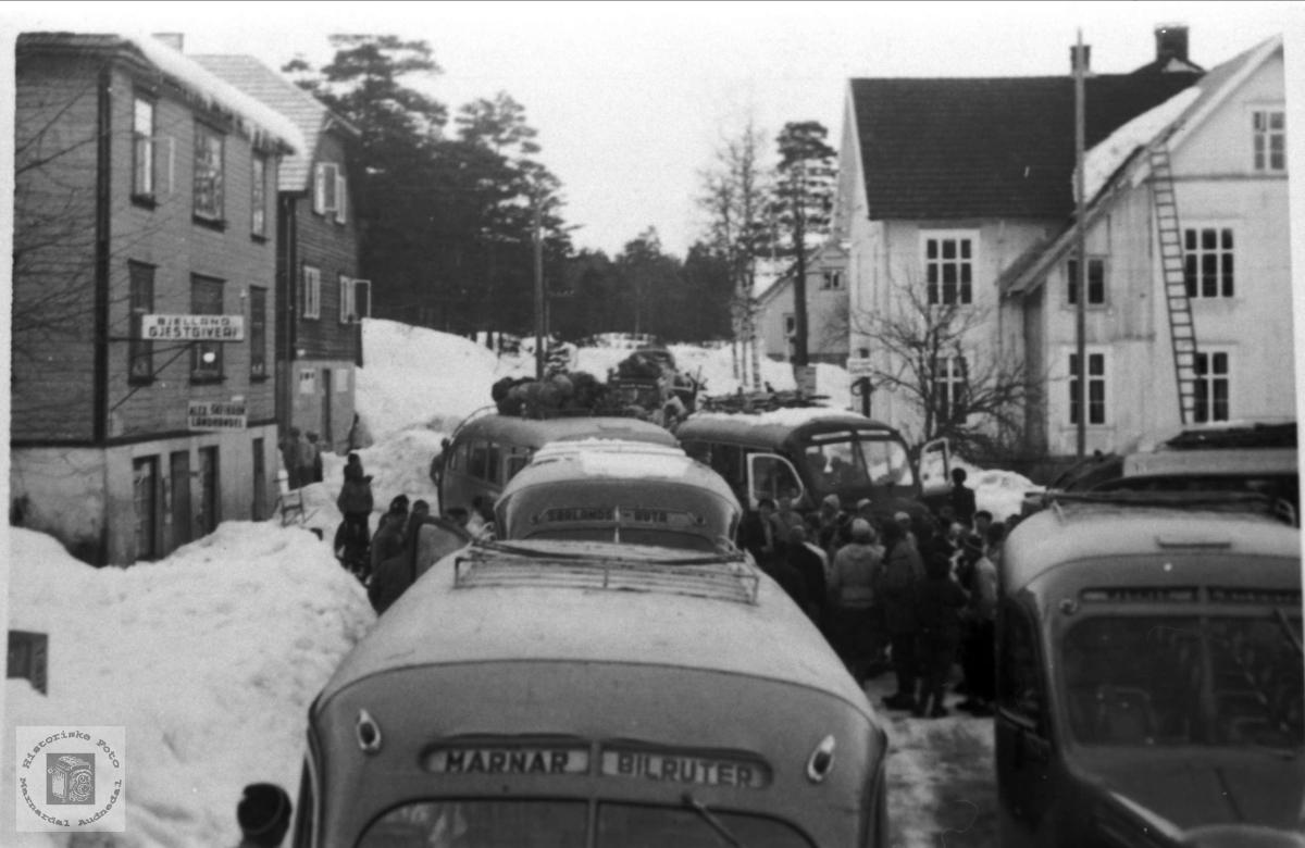 Busser i Bjelland sentrum i påska.