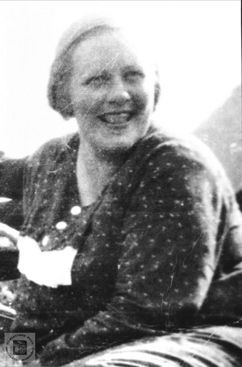 Portrett. Astri Kleveland født Glåmsaker, Laudal.