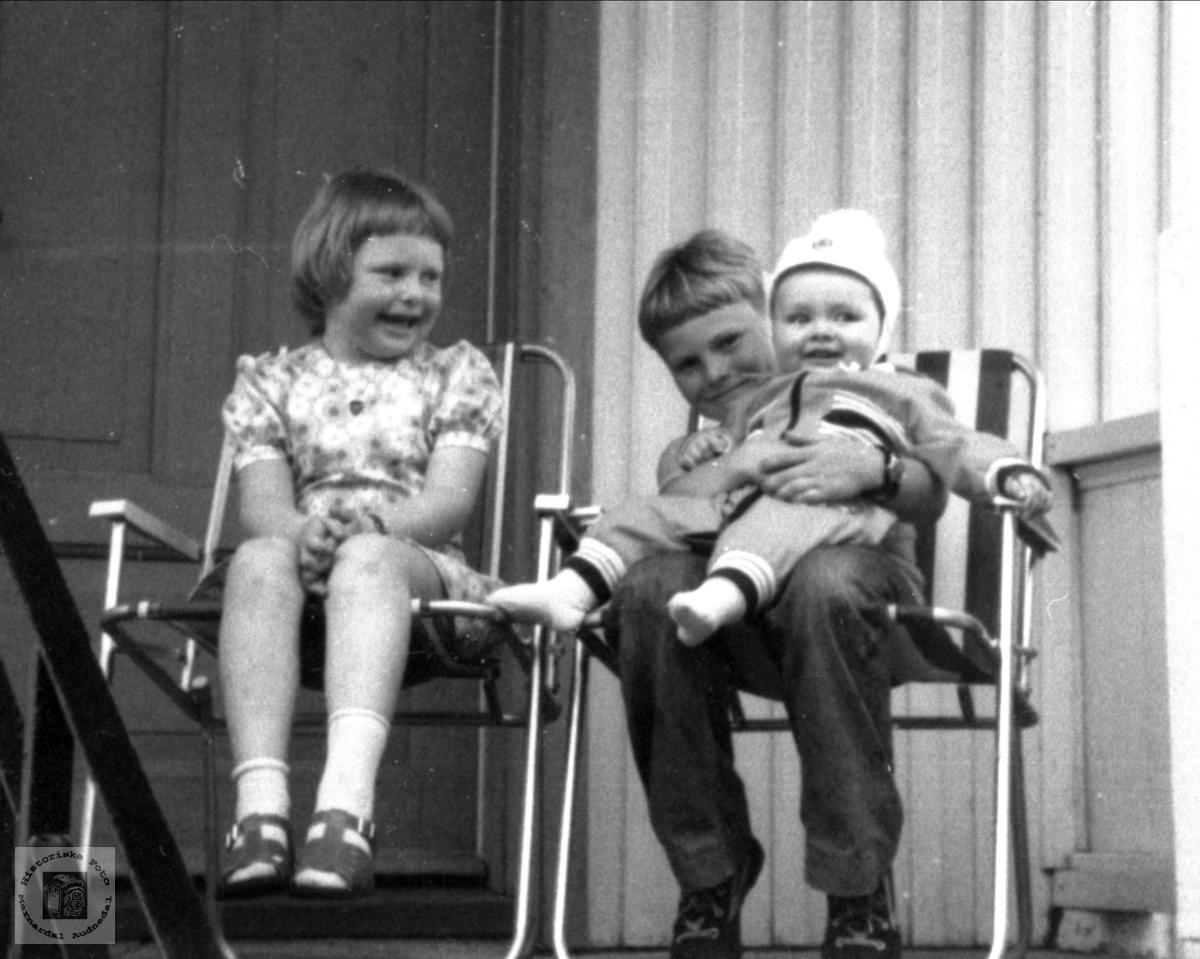 Barnebarn på trappa. Astrid Synnøve Verdal, Jan Petter Verdal og Svein Olav Skuland.