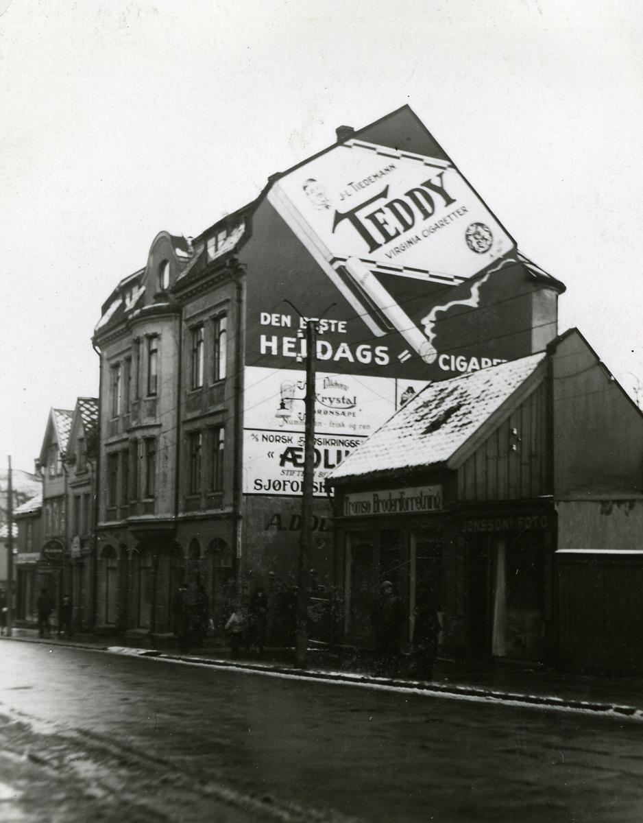Fasadereklame for bland annet Teddy sigaretter i Tromsø.
