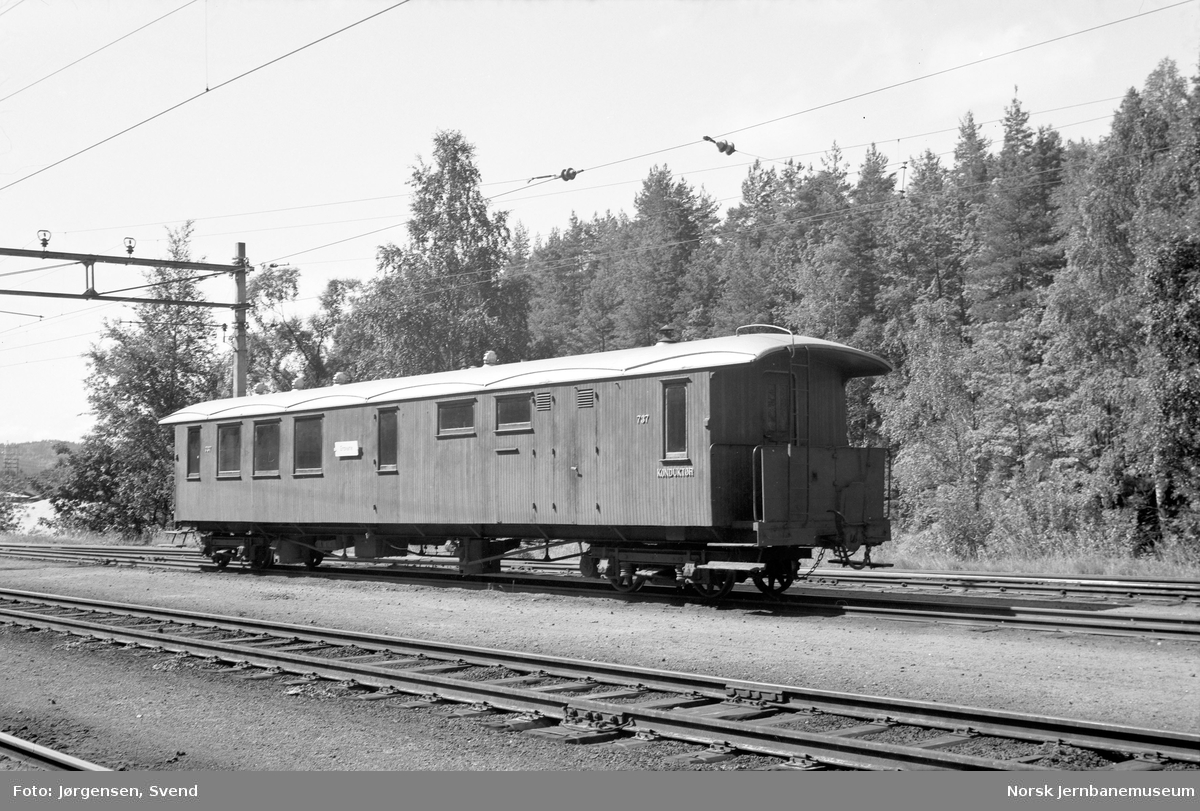 Personvogn litra BFo nr. 737 på Grovane stasjon