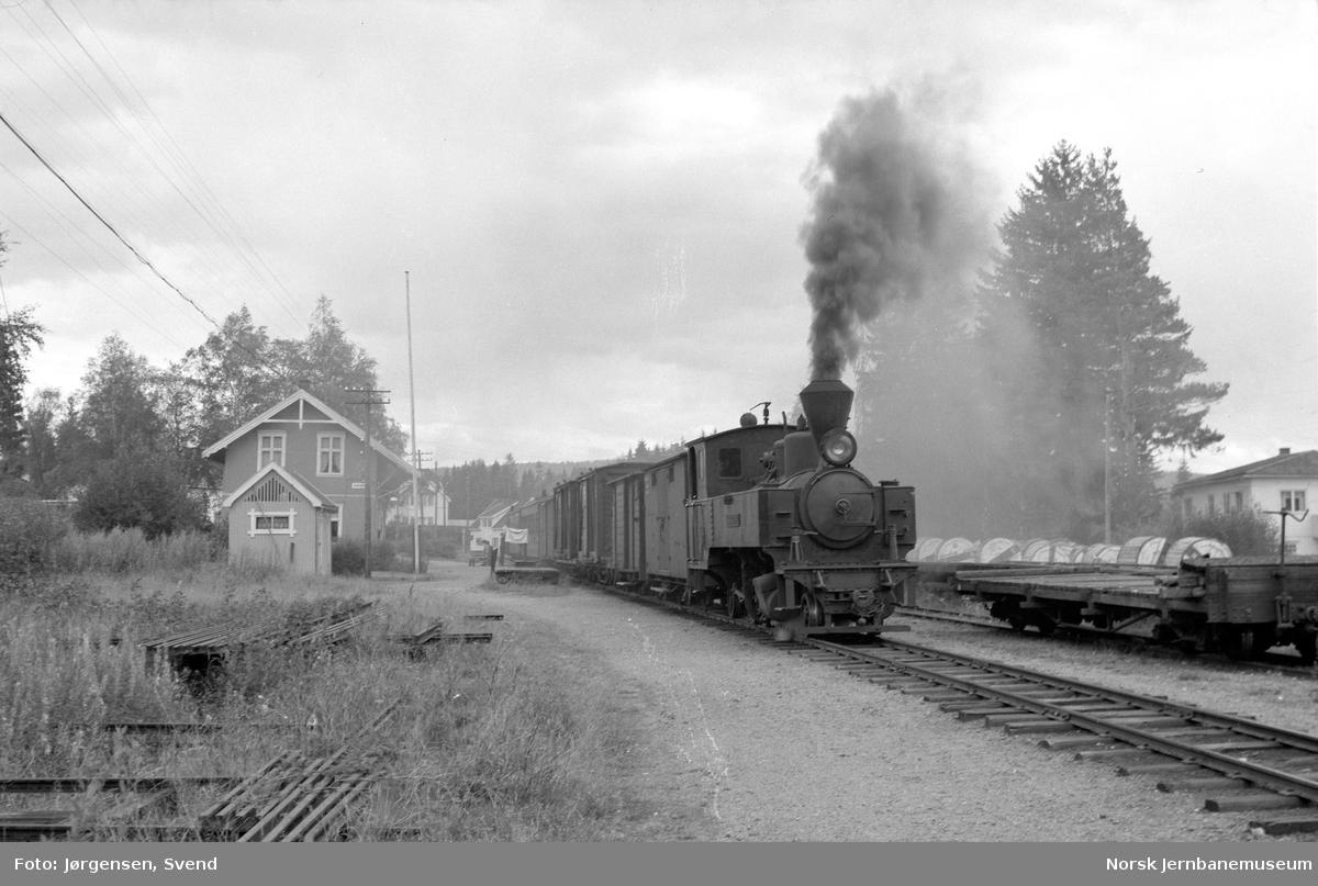 """Damplokomotiv nr. 4 """"Setskogen"""" med tog i retning Sørumsand på Aurskog stasjon"""
