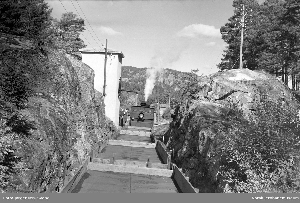 Damplokomotiv i godstog 5661 tar vann på Moisund stoppested