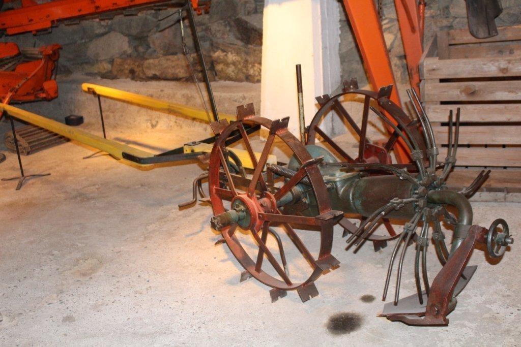 Form: Kastehjul med 10 armer, jernhjul med pigger, opptakerskjær, spaker for regulering