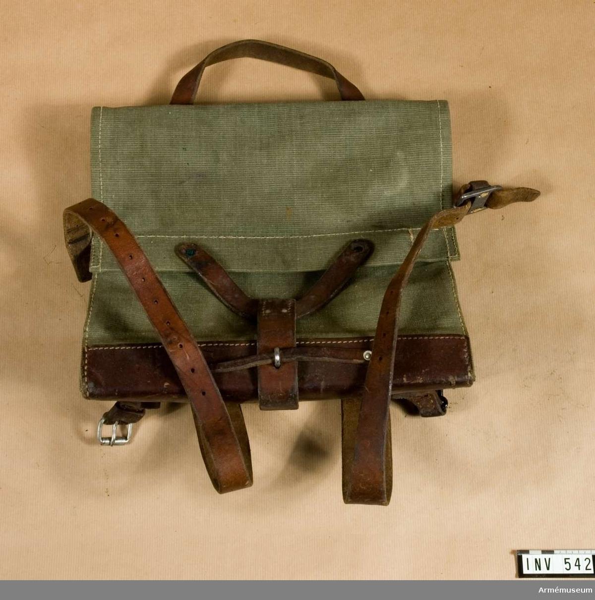 Väska av väv, typ ryggväska. Schweizisk gåva.  Samhörande nr är 511-599, 700-701.