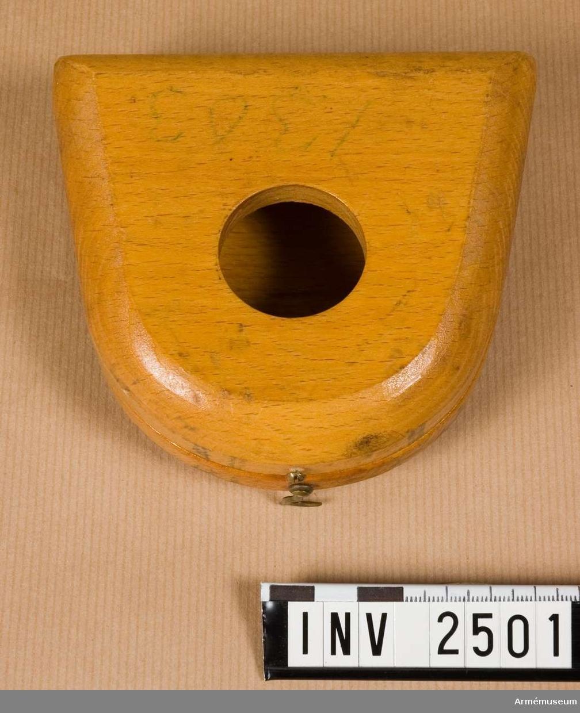 Samhörande nr är 2506-2507.Träschatull t kvadrant. 1940-tal.Mått: 118x110x40 mm.