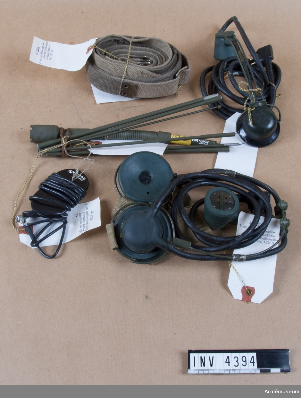 Radiostationen består av: 1 stationsväska av väv, 1 apparatenhet (Ra 130 B), 1 batteriväska av väv, 2 axelremmar av väv, 2 söljor av järn, 1 tillb.väska av väv, 1 marschantenn, 1 huvudselemikrofon, 1 trådantenn, 1 handmikrofon. Nummer 1832 (Tc 15517).