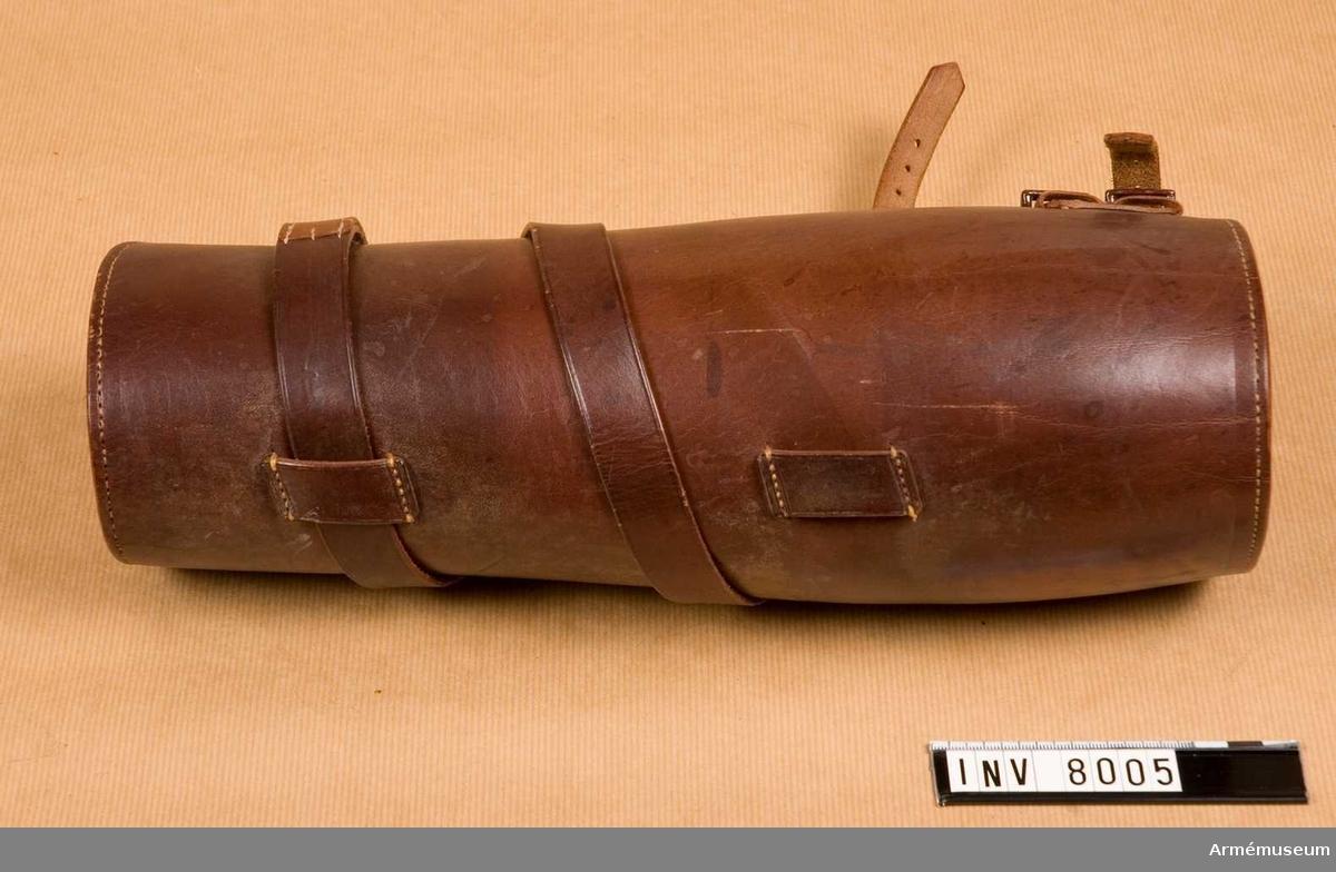 Av brunt läder med snörrem med spänne. Benläder till kängskor  får användas av officerare med vederlikar till fältdräkt och med tillstånd utom tjänsten. Bredd upptill 420 mm. Bredd nedtill 320 mm.