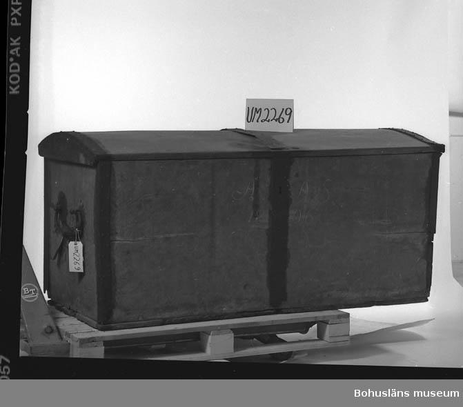 Ur handskrivna katalogen 1957-1958: Stor träkista m. järnbeslag AAS 1806 L. 165; Br. 70; H. 77 cm; järnhandtag på gavlarna; dat. i vitt. Nyckel saknas?; mkt rost och damm.  Lappkatalog: 84