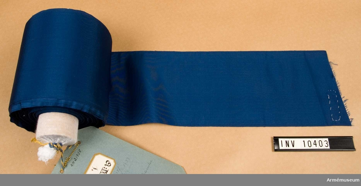 Grupp B I. Fanband m/1899, blå. Deponerad från Arméförvaltningens Intendenturdepartemente, modellkammaren.