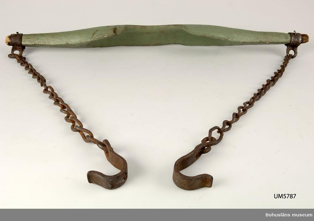Trästycke med en kedja i varje ända. Kedjorna är ca 69 cm långa och har en krok längst ner. I trästycket är det ett uttag för nacken på den ena långsidan. Träet är grönmålat. Oket vilar på axlarna och är urgröpt för att ligga bra. Använt t. ex.  vid transport av hinkar med vatten.  Ur handskrivna katalogen 1957-1958: Bärok L. 85,5 cm; av trä m. kättingar och krokar av järn. Murket, rostig.  Lappkatalog: 51
