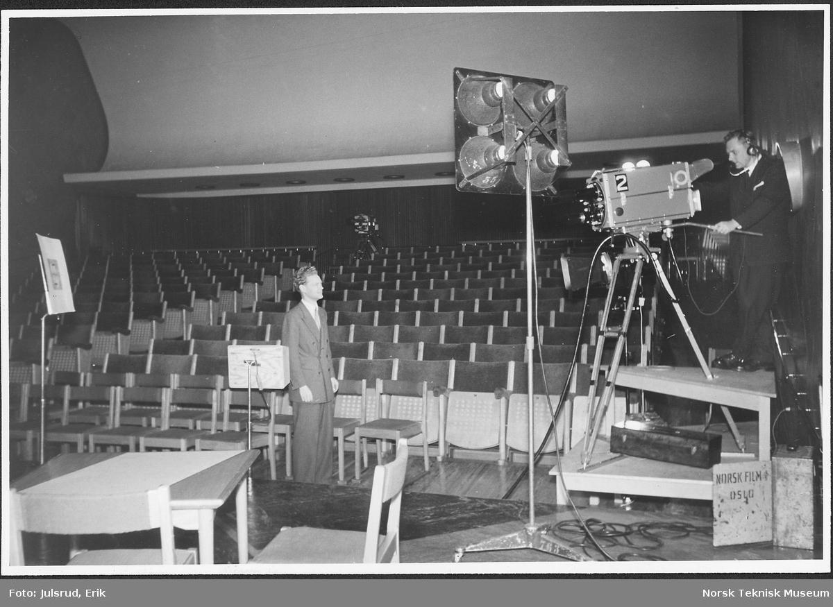 Studio 11 gjøres klar for TV-sending 1955. Ormestad og Løvaas