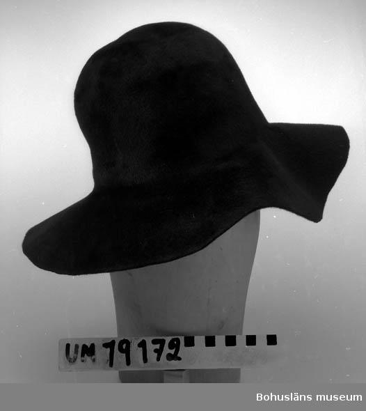 410 Mått/Vikt ! BRÄTTB.9 CM 394 Landskap BOHUSLÄN  Ämne i filt till damhatt, svart färg.    Se UM19130.