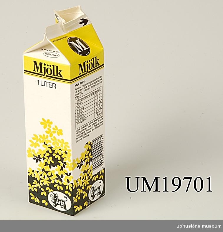 """Förpackning för 1 liter standardmjölk från """"ARLA"""". På förpackningen recept på kesokaka."""