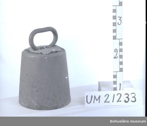 410 Mått/Vikt ! 20,6 KG, DIAM 16, DIAM 13,5 CM 594 Landskap BOHUSLÄN  På ovansida pålagt blylager, troligen för att justera tyngden.  UMFF 5:5