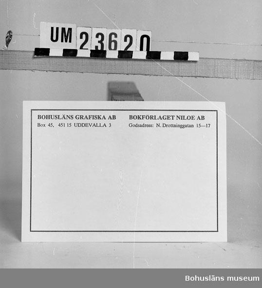 594 Landskap BOHUSLÄN 394 Landskap BOHUSLÄN  Blått tryck mot vit botten. Tryckeriets och förlagets namn och adress. Blå kant runt adresslappen. Se förvärvsuppgifter under UM23603. Neg.nr. UM146:2.