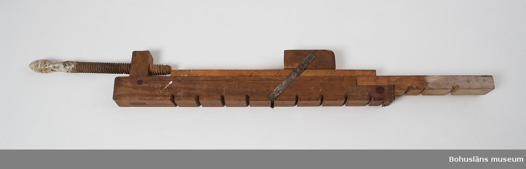 """Båtbyggaren Viktor Löfberg (1878-1962) grundade 1919 ett båtvarv i Rönnäng. Varvet drevs vidare av sonen Tore (1915-1979 under namnet V. T. Löfbergs slip- och båtvarv och övertogs därefter av sonsonen Tomas, f. 1948.   Materialet från insamlingen transporterades till Bohusläns museum i september 2011 i samband med att varvets byggnader skulle rivas.  Se också foton under UMFA55080; Varvsägaren och båtbyggaren Viktor Löfberg (1878-1962) med sonen Tore (1915-1979) och sonsonen Tomas, f. 1948, utanför Viktor Löfbergs hus i Rönnäng, ca 1950.  Litt. Ohlén, B. """"Fiskebåtsvarv i Bohuslän - industrihistorisk dokumentation av Hälleviksstrands varv, Rönnängs varv, Studseröds varv"""". Bohusläns museum. Rapport 1999:43."""