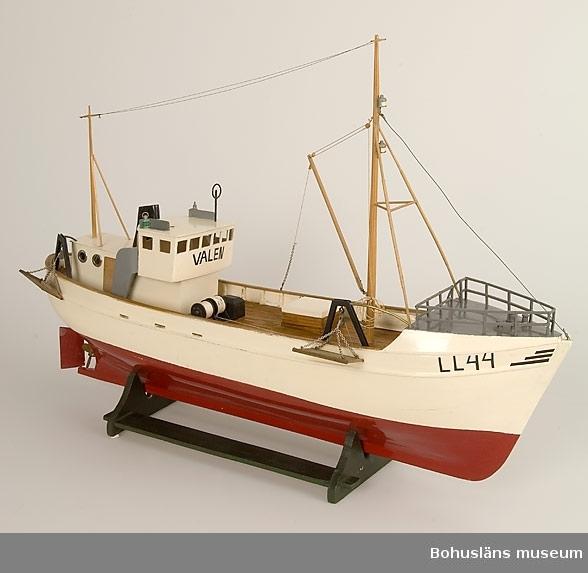 Ståltrålare. Båtmodell av trä med två master. Målad  vit och röd.En livbåt.  Ur punktnummerkatalogen 1958-1976: Vm. Roger Bengtsson, U:a Båtmodeller av trä