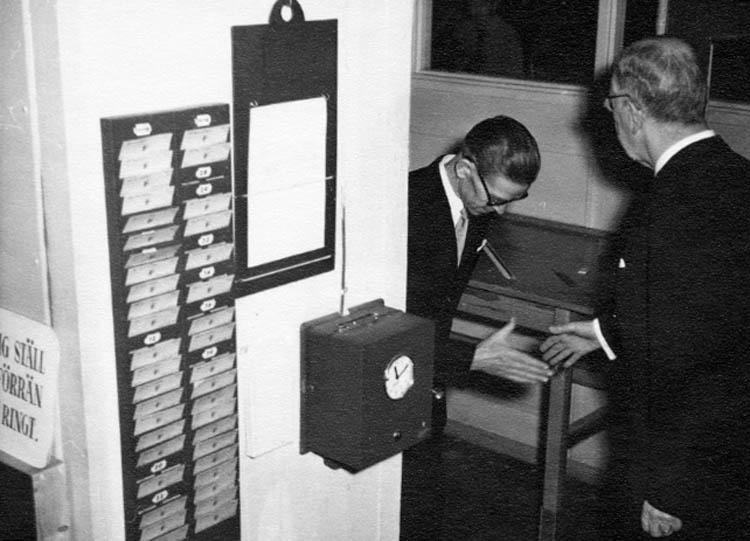 """Gåvobrev som följde med bildgåvan: Thn 040531 """"Här kommer korten från Schwartzmans kungabesök. Det var min moster Elsa Edvardsson f. 1913 och död sedan drygt 10 år som arbetade där ända till sin pensionering. Hoppas att de kan komma till användning. MVH LisBeth Forsgård"""""""