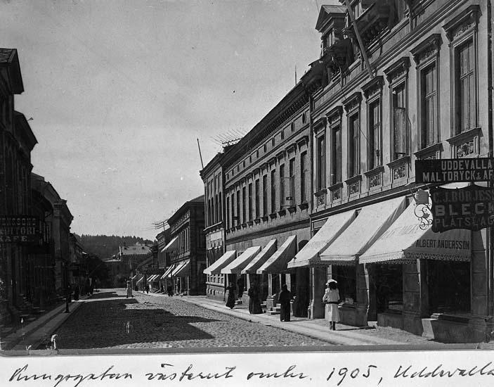 """Text på kortet: """"Kungsgatan västerut omkr. 1905, Uddevalla"""".    ::"""