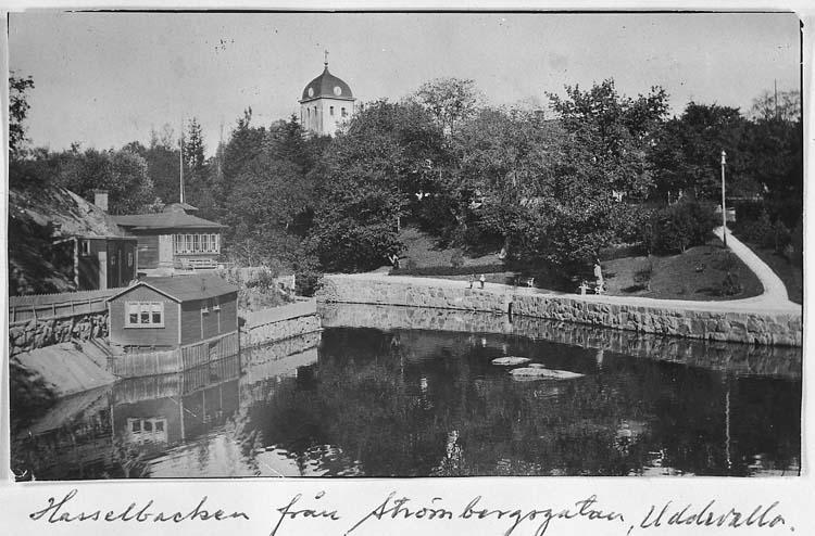 """Text på kortet: """"Hasselbacken från Strömbergsgatan, Uddevalla""""."""