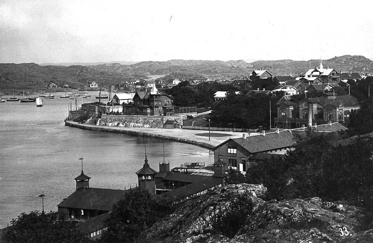 """Enligt text på kortet: """"Marstrand. Norra inloppet Vid """"udden"""" på strandpromenaden finns lämningar av Sveriges första synagoga""""."""