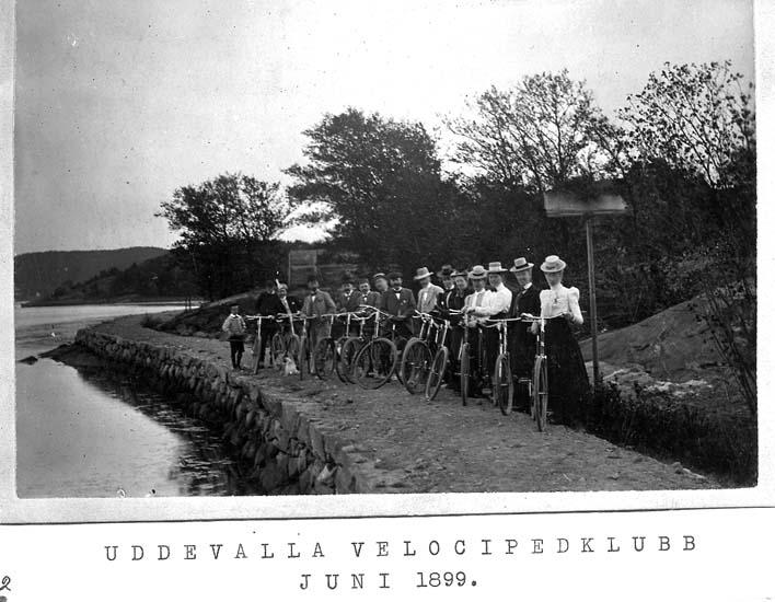 """Text på kortet: """"Uddevalla velocipedklubb juni 1899""""."""