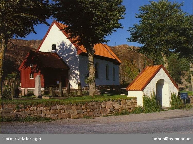 """Tryckt text på bildens baksida: """"BOHUSLÄN: Svenneby gamla kyrka."""" """"Carla-förlaget Lysekil, tel. 0523/10919, 10320""""."""