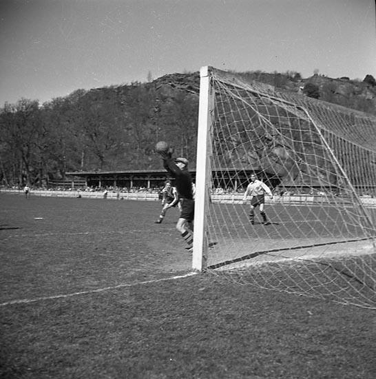 """Enligt notering: """"Fotboll under sommaren 30/8 1947""""."""