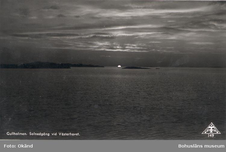 """Tryckt text på kortet: """"Gullholmen. Solnedgång vid Västerhavet"""". Noterat på kortet: """"GULLHOLMEN MORLANDA SN.""""."""