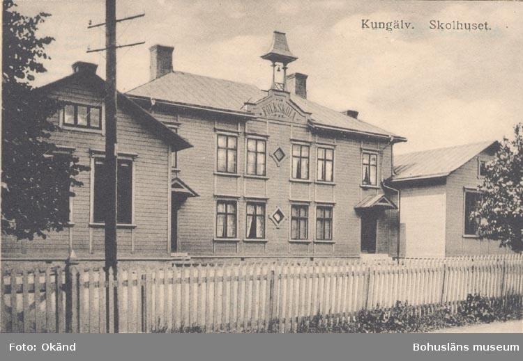 """Tryckt text på kortet: """"Kungälv. Skolhuset"""""""