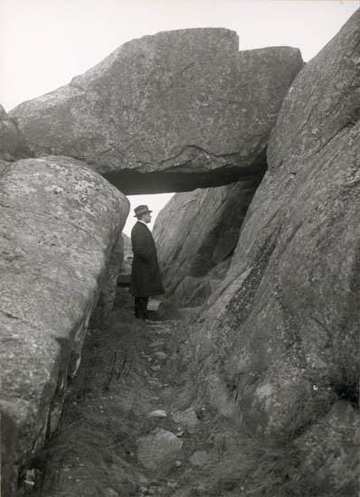 """Noterat på kortet: """"Lysekil. Nålsögat"""" """"Foto (D65) Dan Samuelson 1924. Köpt av dens. Dec. 1958."""""""