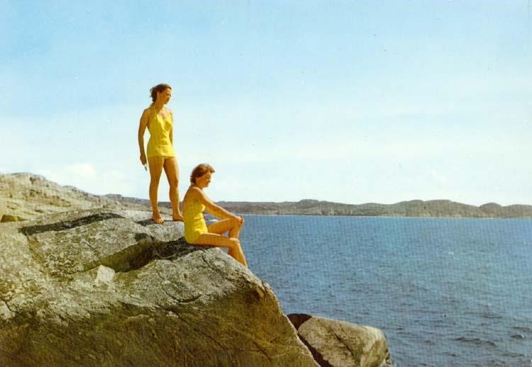 """Tryckt text på kortet: """"Bohusläns klippor. Badflickor."""""""