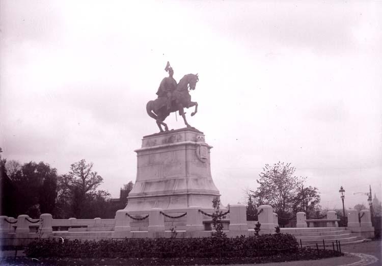 """Enligt text som medföljde bilden: """"Carl XV staty, Stockholm okt. 11""""."""