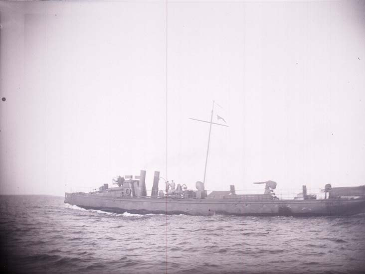 "Enligt text som medföljde bilden: ""Lysekil, Svenske Torpedbåten N.5 (Freke) under gång  1 sta klass 21/8 1899"""